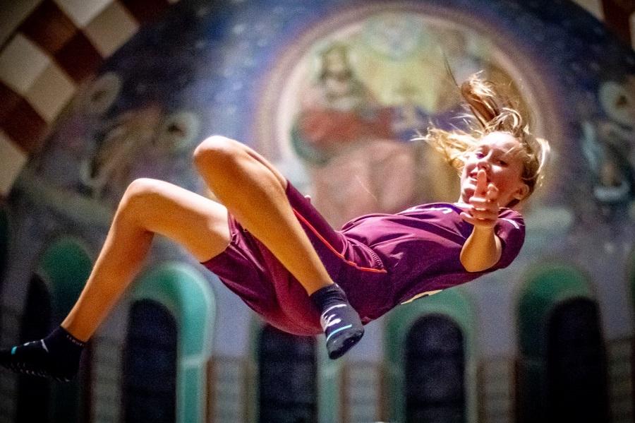 Flight Deck 53 trampolinepark in de Clemenskerk in Hilversum meisje springt voor de fresco's
