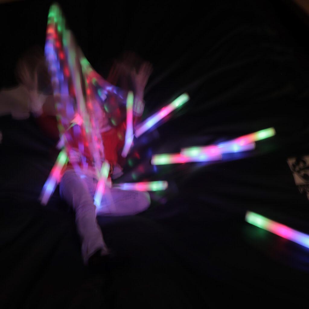 Crew springt met led stick tijdens Flight Night Nieuwjaar bij Flight Deck 53 trampolinepark Hilversum