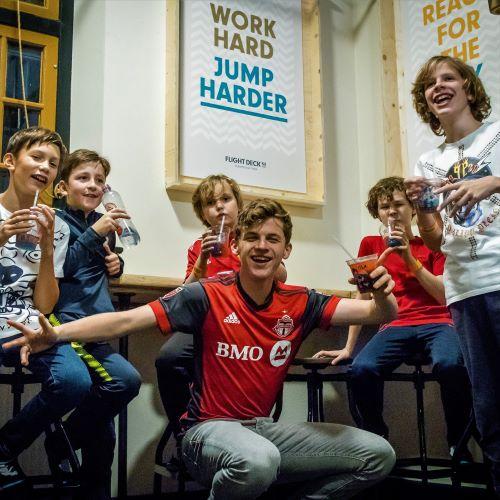 Kinderen tijdens kinderfeestje in cafe 53 bij Flight Deck 53 trampolinepark in Hilversum