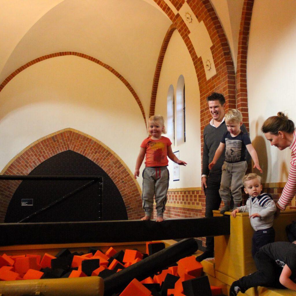 Peuters in de foampit tijdens Peutergym bij Flight Deck 53 trampolinepark in Hilversum