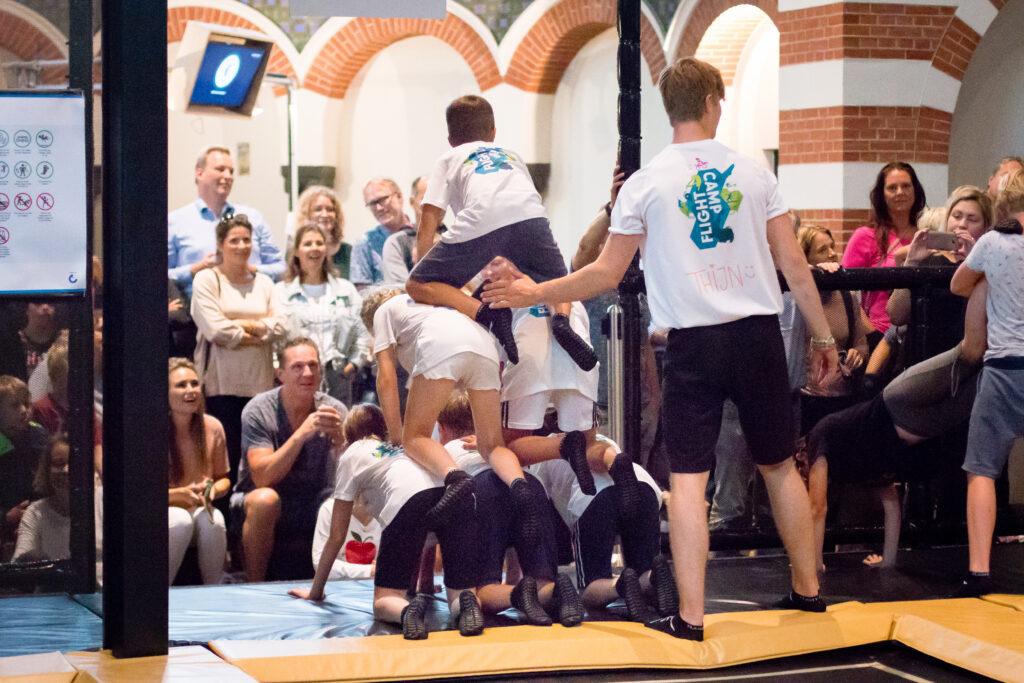 Optreden tijdens de bonte middag van Flight Camp bij Flight Deck 53 trampolinepark in Hilversum