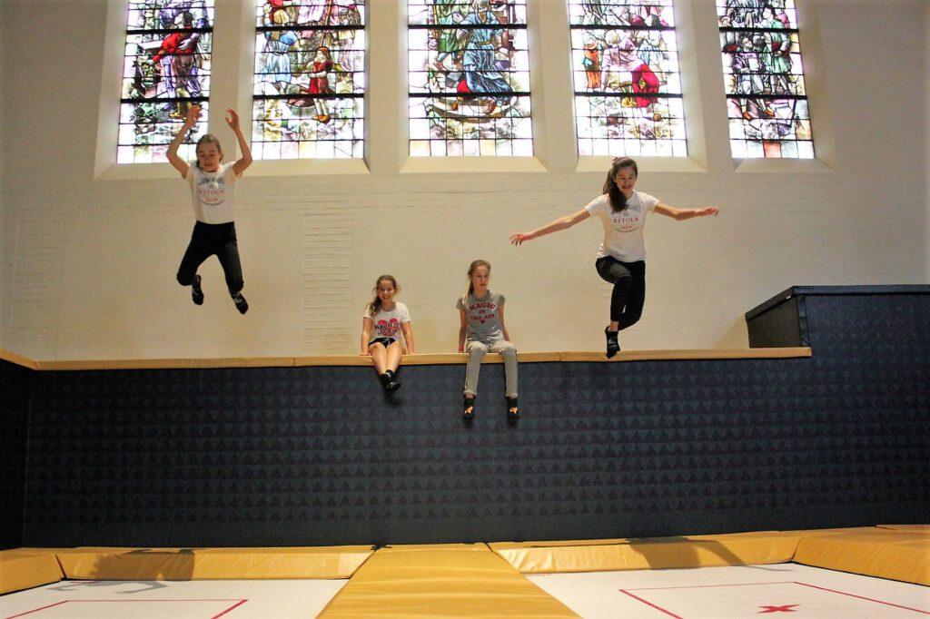 Kinderfeestje springt van de wall deck af bij Flight Deck 53 trampolinepark Hilversum