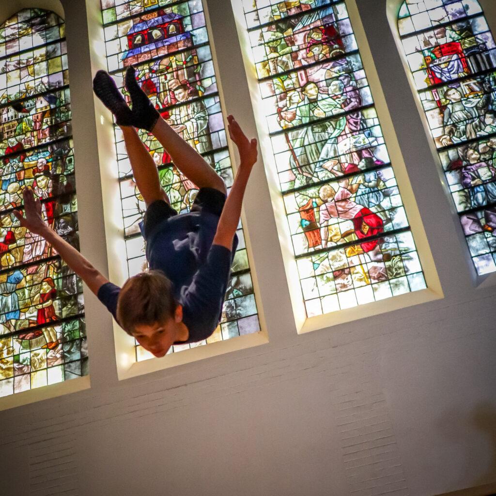Jumptrick bij glas en lood ramen Clemenskerk Flight Deck 53 trampolinepark Hilversum