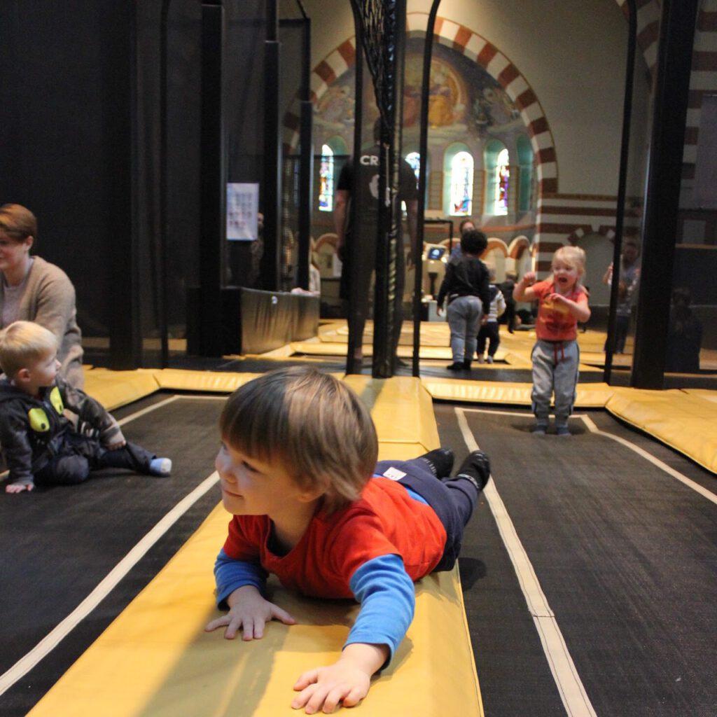 Peuter jump bij Flight Deck 53 trampolinepark in de Clemenskerk in Hilversum