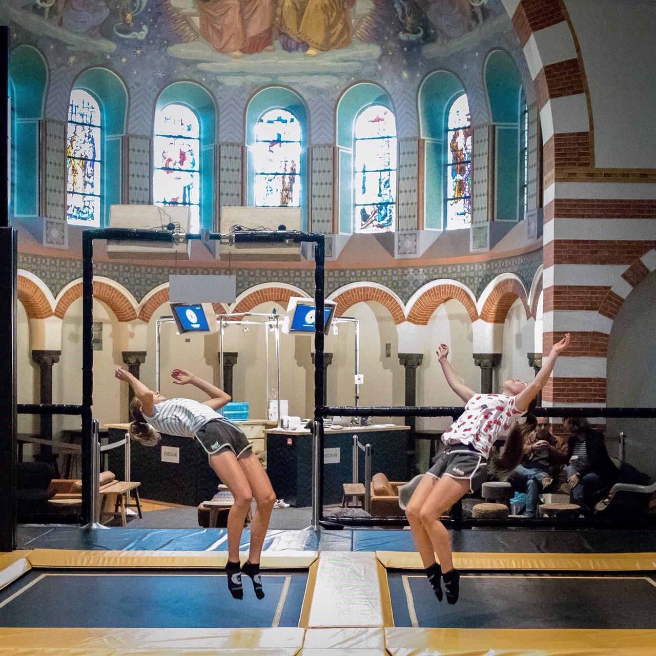 Friday Flipout dubbel backflip op de trampolines bij Flight Deck 53 trampolinepark in Hilversum